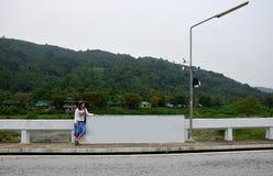 Тайское перемещение и портрет женщины на мосте Стоковое фото RF