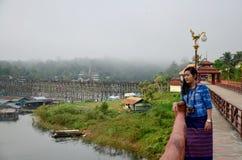 Тайское перемещение и портрет женщины на мосте Saphan понедельника деревянном в mo Стоковые Фото