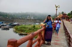 Тайское перемещение и портрет женщины на мосте Saphan понедельника деревянном в mo Стоковое Изображение