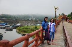 Тайское перемещение и портрет женщины на мосте Saphan понедельника деревянном в mo Стоковое Фото