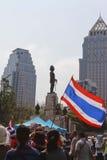 Тайское ралли гражданина перед статуей rama 6 короля Стоковая Фотография RF