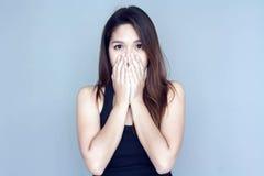 Тайское ухо конца руки дамы к довольно Стоковая Фотография RF