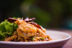 Тайское ` Koong шатии Prik пусковой площадки ` кухни на белой плите стоковое фото rf