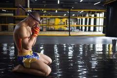 Тайское Muay бойца обхватыванное в кольце Стоковое Изображение