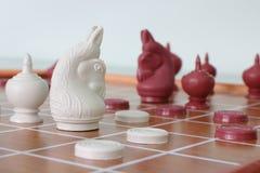 Тайск-шахмат хобби и спорт в Таиланде игрок к тренирующ его и ее мозг для стратегии к успеху стоковые фото