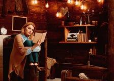 Такая интересная книга Студент женщины наслаждается прочитать грамотность Милая женщина прочитала книгу Знание и чтение стоковое изображение rf