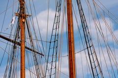 Такелажирование высокорослого деревянного корабля в порте в солнечном свете в лете с голубым небом Стоковые Изображения RF