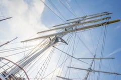 Такелажирование высокорослого корабля в порте в солнечном свете Стоковое Изображение