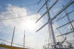 Такелажирование высокорослого корабля в порте в солнечном свете Стоковая Фотография RF