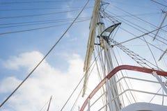 Такелажирование высокорослого корабля в порте в солнечном свете Стоковая Фотография