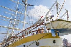 Такелажирование высокорослого корабля в порте в солнечном свете Стоковые Фотографии RF
