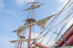 Такелажирование высокорослого корабля в порте в солнечном свете Стоковое Фото