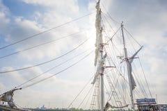 Такелажирование высокорослого корабля в порте в солнечном свете Стоковые Изображения