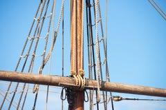 Такелажирование и веревочки деревянного парусника Стоковое Фото