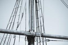 Такелажирование и веревочки деревянного парусника Стоковое Изображение RF