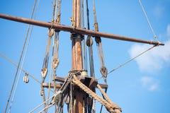 Такелажирование и веревочки деревянного парусного судна Стоковое Фото
