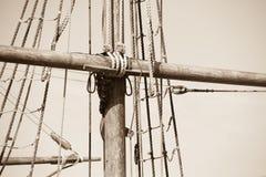 Такелажирование и веревочки деревянного сосуда плавания Стоковые Изображения RF