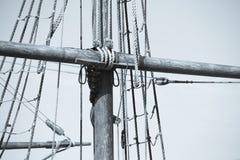 Такелажирование и веревочки деревянного сосуда плавания Стоковое фото RF