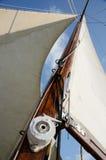 Такелажирование шлюпки стоя и бежать - mainsail, бакштаг, веревочки Стоковое Изображение