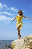 также волны ha девушки платья пляжа красивейшие Стоковые Фото