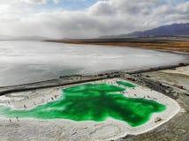 Также вызванный взгляд midair изумрудного озера, озером Dachaidan, должным к различной минеральной концентрации, красочная сцена стоковое изображение rf