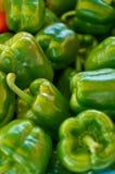 также закрепляя зеленые изолированные фото перцев путя видят подобную белизну Стоковые Изображения RF