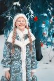 также как снежок snegourochka России собрания известный куклой девичий маленькая девочка замерла в зиме в лесе ребенок греет его  стоковые изображения
