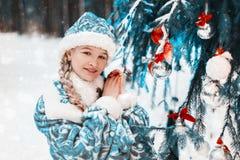 также как снежок snegourochka России собрания известный куклой девичий Портрет маленькой девочки в лесе около дерева Нового Года  стоковое фото rf