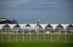 Таксировать авиакомпании Cathay Pacific плоский Стоковые Фотографии RF
