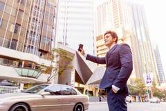 Такси бизнесмена заразительное в городе Стоковые Фотографии RF