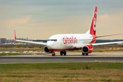 Такси Боинга 737 на взлетно-посадочной дорожке стоковые фотографии rf