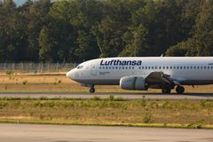 Такси Боинга 737 на взлетно-посадочной дорожке стоковое изображение rf
