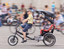 Такси велосипеда в центре города Амстердама, Нидерландах Стоковое Изображение