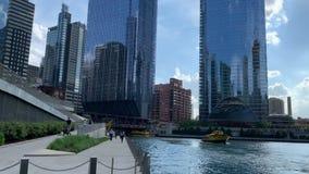 Такси воды во время лета на Реке Чикаго пока пешеходы идут riverwalk акции видеоматериалы