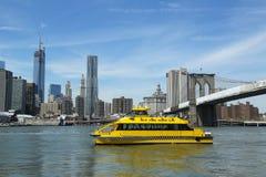 Такси воды Нью-Йорка с горизонтом NYC и Бруклинский мост увиденный от Бруклинского моста паркуют Стоковые Фотографии RF