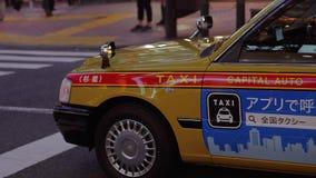 Такси в токио на ноче - ТОКИО/ЯПОНИИ - 12-ое июня 2018 акции видеоматериалы