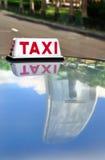 Такси Гонконга и отражение IFC Стоковое Изображение