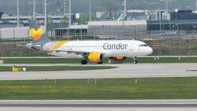 Такси кондора плоское делая в авиапорте Мюнхена, MUC сток-видео