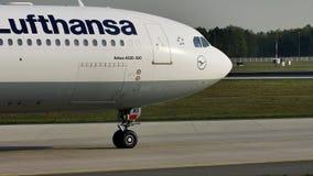 Такси Люфтганзы A330 плоское делая в авиапорте Франкфурта, FRA