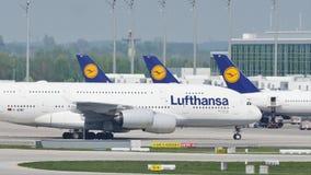 Такси Люфтганзы A380 плоское делая на взлётно-посадочная дорожка, конце-вверх сток-видео