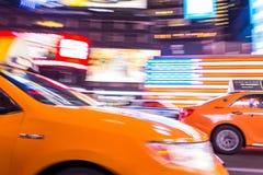 Такси Нью-Йорка, в движении, Таймс площадь, NYC, США Стоковое фото RF
