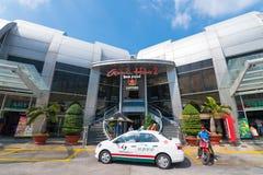Такси перед паромным терминалом Vungtau, Вьетнамом Стоковая Фотография