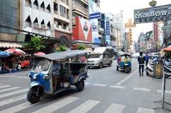 Такси tuk Tuk транспортирует пассажиров в Бангкоке Стоковые Изображения