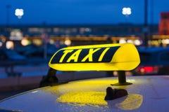 таксомотор знака ночи Стоковые Фотографии RF
