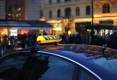 таксомотор знака ночи Стоковые Изображения RF