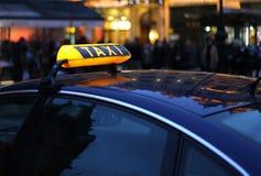 таксомотор знака ночи Стоковая Фотография RF