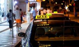таксомотор знака ночи Стоковое Изображение