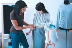 Талантливый дизайнер измеряя ее модель стоковая фотография rf