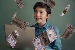 Талантливый успешный честолюбивый мальчик подростка с компьтер-книжкой независимой Стоковые Изображения
