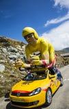 Талисман велосипедиста желтого цвета LCL в Альпах - Тур-де-Франс 2015 Стоковые Фото